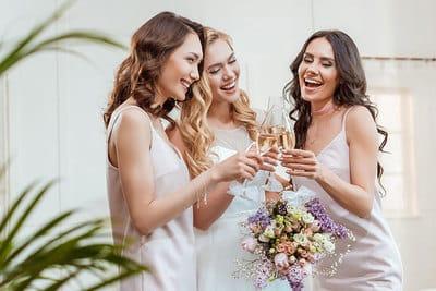 Цветное свадебное платье: что надеть гостям?