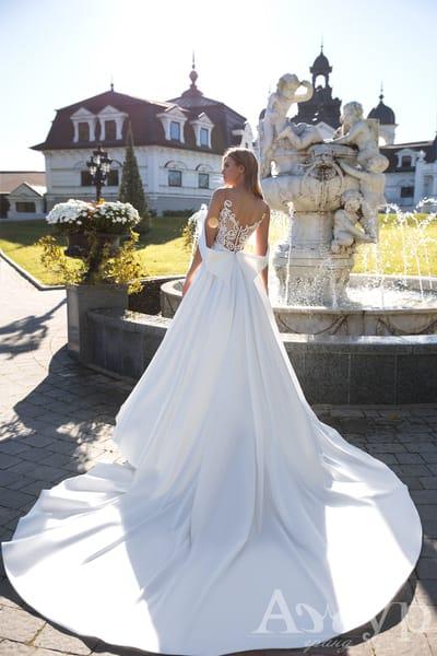 Весільна сукня з бантом