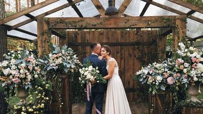 Планування весілля в саду заміського будинку