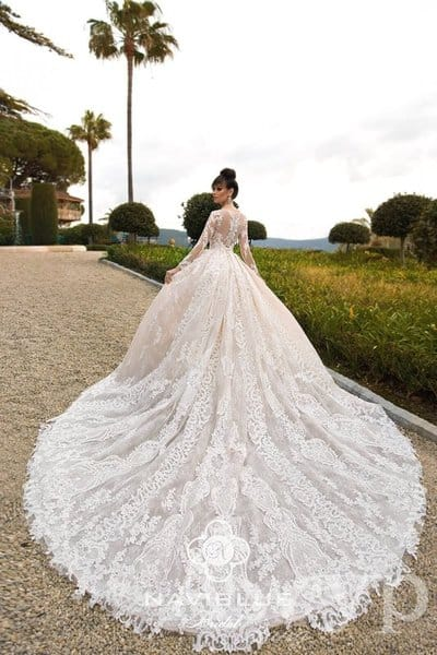 Как выбрать и носить свадебное платье со шлейфом?