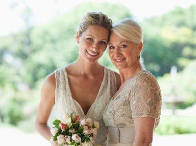 Як переконати вашу маму полюбити ваше весільну сукню
